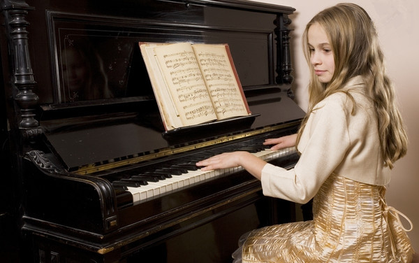 当儿童初次学习钢琴时,教师就要使他们处于生动优美的音乐氛围中.