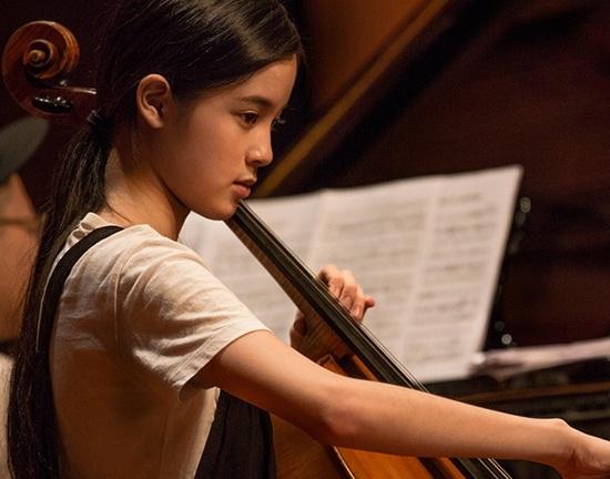 11月18日大提琴家欧阳娜娜正式签约环球音乐唱片,宣布首张个人古典专辑《15》将在环球旗下MercuryClassics21世纪时尚古典厂牌发行。当天在北京举行了盛大的签约仪式,欧阳娜娜与到场的亚洲百余家媒体一同分享了自己的大提琴音乐之路,受到唱片公司众高层的高度重视,并特别发来VCR寄语欧阳娜娜,携手并进打造古典音乐新纪元。新专辑《15》将于12月18日全球发行,并于11月27日火热开启预购。  2015,新世纪音乐家欧阳娜娜的15首心水之选国际水平及视野的专业制作  欧阳娜娜5岁