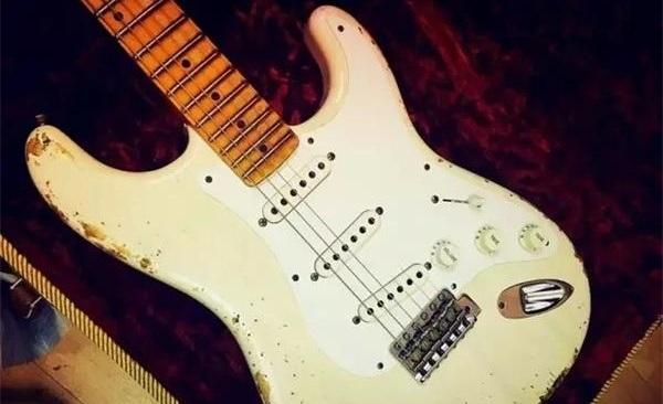 Stratocaster电吉他诞生于1954年,是LeoFender从专业音乐家、Fender员工以从各方面所收集回来的反馈信息为基础,再经过多次设计改良的结晶。它的第三代单线圈拾音器使音色更多样化,根据人体学原理设计的流线型琴身轮廓使弹奏得更为舒适,双缺角设计更利于高把位弹奏。最重要的是Stratocaster增加了新的Fender颤音琴桥!这款颤音琴桥采用创新的设计,音色稳定,结实可靠,因而备受推崇。  Stratocaster受到许多主音吉他手的青睐,亦曾参与许多历史上著名的录音。它成为了不可