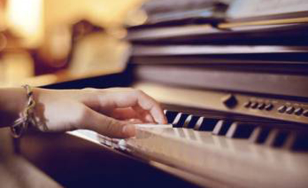 关于这点,意大利著名钢琴家费鲁乔·布索尼在1898年图片