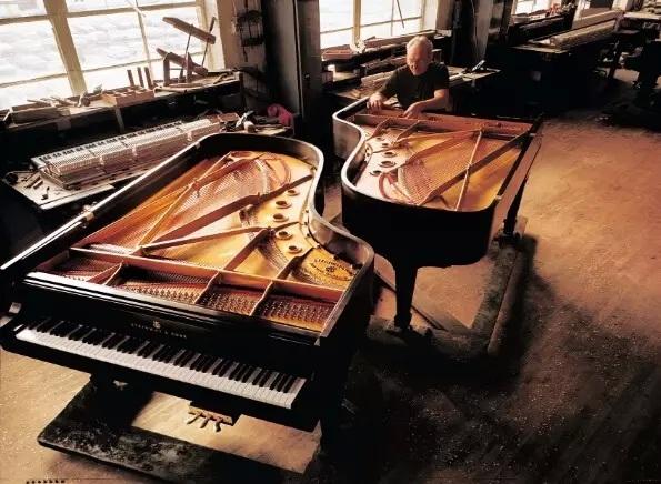 随着物质生活的日益提高,我们对精神生活、尤其对高品质文化生活的需求不断增长,钢琴已渐渐成为越来越多家庭中不可或缺的朋友。而对于钢琴这样由成千上万零部件组成的艺术品,普通人或许并不了解如何选择适合自己的钢琴,也会对买回家后该如何保养钢琴等问题感到困惑。 今天,就让拥有着163年历史的钢琴之王施坦威,分享给大家最专业权威的建议,让你的钢琴可以琴声常悦,世代传承!