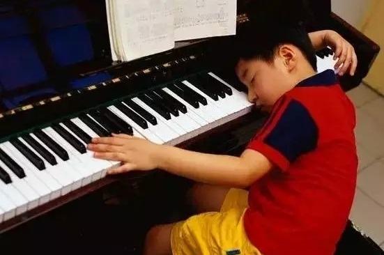 如何正确引导孩子学钢琴呢?随着音乐教育的逐渐普及,中国的儿童选择学习钢琴的越来越多,可是如何让孩子真正的爱上音乐?真正的进入音乐世界?是摆在众多家长面前不可小觑的问题。 首先,兴趣依然很重要,孩子产生兴趣。个人爱好是非常重要的,孩子自己真心喜欢音乐,喜欢弹钢琴才可以。不要太刻意的去强迫孩子接触钢琴,否则会造成反面影响的。 儿童学钢琴要区分年龄段来练习,每天不要太长的时间。每天练琴时间可参考以下标准:46岁:3060分钟;68岁:60120分钟;810岁:90180分钟,10岁以上:120分钟以
