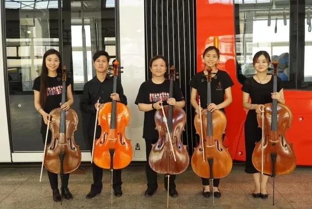当5把大提琴在地铁车间奏响