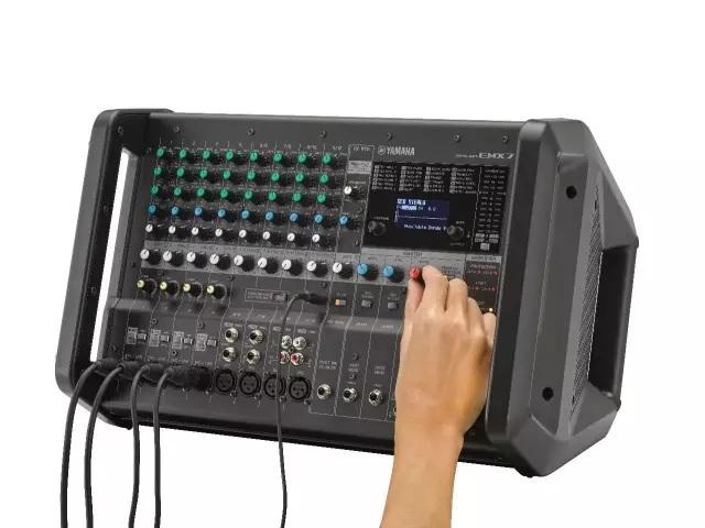 雅马哈荣幸地宣布广受欢迎的EMX系列有源调音台新添两款型号EMX5和EMX7。新型号在输出功率上有了显著的提升,在高度便携的设计中具有更全面的性能特性选择,这两款新型号非常适合对高端音质和便携操作有所追求的音乐人、表演艺人、DJ和演讲人等,它们将为广泛的扩声环境带来理想的解决方案,如中小型音乐活动、酒吧、餐厅、工作室、排练录音室等场所的固定安装。  EMX7和EMX5 EMX5和EMX7具有高效的功率放大器,分别带有630W和710W的输出功率,自带的过载保护功能提升了产品的可靠性。坚固耐用、极其便捷