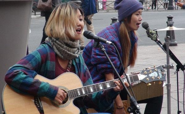 乐度音乐音乐8月23日消息 暑期快要结束了,很多学生会选择去上培训班、做作业或者旅游。有一个台湾组合安妮塔克,这个夏天她们带着吉他去环游世界,用音乐体验不一样的生活。  第一眼看去,安妮和塔克是两个性格完全不同的女生,但当她们一个弹起吉他,一个打起木箱鼓,流露出的旋律就像她们的和声一样协调顺耳。安妮与塔克组成的安妮塔克,结成之初就在台湾街头表演或应邀在婚礼演出,两年前开始把足迹拓展到澳洲、香港、纽约,今年夏天首度来到欧洲。 今年夏天,她第一次背着吉他和音箱环游欧洲,而且这一趟就长达60天。决定出走