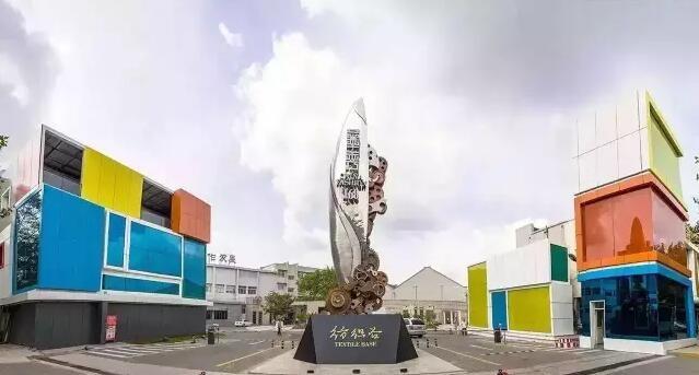 乐度音乐11月9日消息 12月1-4日,这座被誉为帆船之都、音乐之岛、影视之城的青岛即将迎来第二届中国(青岛)国际乐器展览会。据悉,本届青岛乐器展已经转移地点到青岛华秀国际会展中心。 青岛华秀国际会展中心位于青岛市市北区四流南路80号,是政府重点打造的全新展馆,由青岛百年纺织文化圣地纺织谷改建而成,具有百年文化积淀。这个地方的展馆面积3万平米可容纳1500个展位,可举办1000人以内大型会议。 那么,本届青岛乐器展又将举行多大的规模?据乐度音乐的小编了解,本届青岛乐器展将不设户外广告,但是户外表演