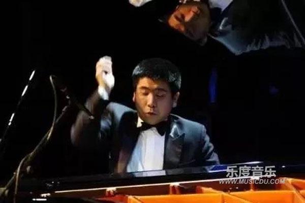 盲人钢琴家演奏八度版 野蜂飞舞 技惊四座